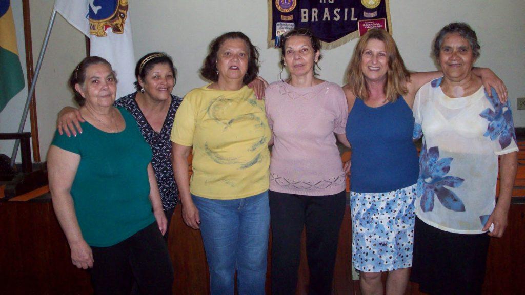Lúcia Kubitschek e algumas integrantes do Clube de Mães Harmonia.