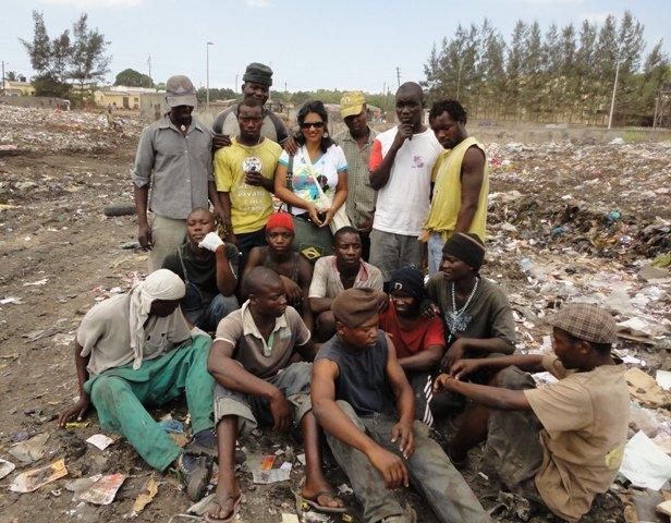 Sônia Dias com catadores do Lixão de Hulene, em Maputo, Moçambique. (Abril, 2011)