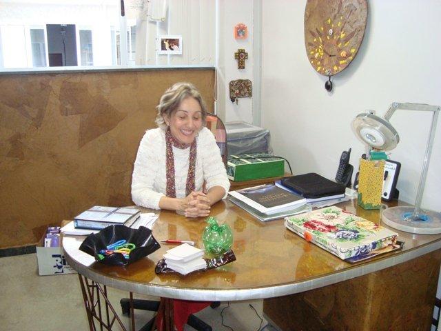 Profa. Teresa na sua sala no campus da UFMG: produzida com reutilização e inclusão social.